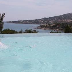 Der Wellnessbereich fließt in den Pool